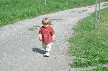 Когда ребенок начинает ходить самостоятельно